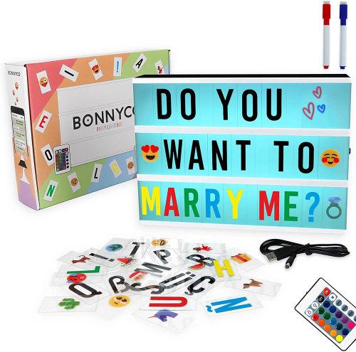 Cartel luminoso con 300 letras y emojis mando y 2 rotuladores