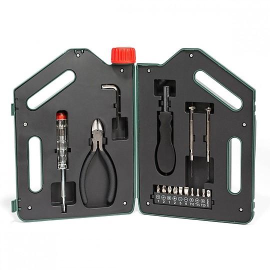 bidon de gasolina con un juego de herramientas